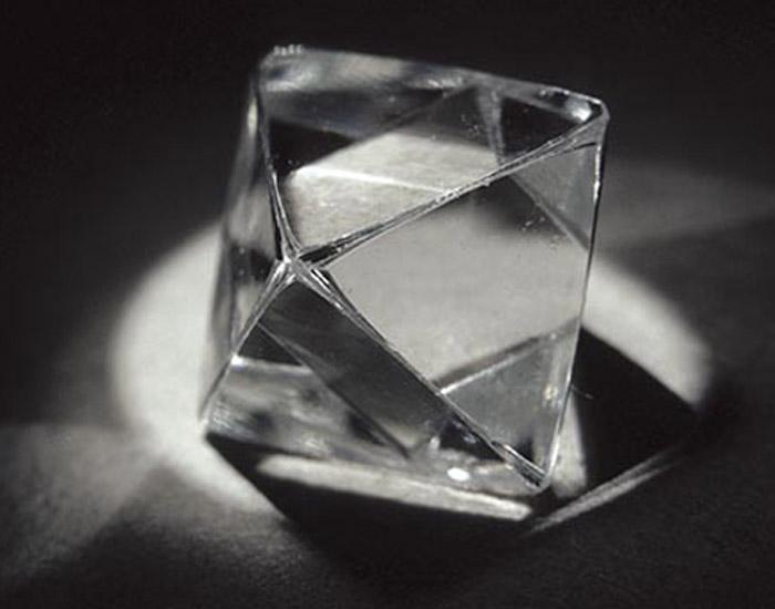 ダイヤモンドが割れる理由